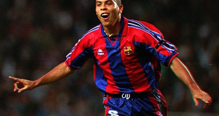 Ronaldo levou o prêmio de melhor jogador do mundo em 2002, após vencer a Copa do Mundo.