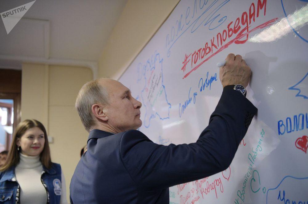 Presidente russo, Vladimir Putin, durante encontro com voluntários na sua sede de campanha eleitoral em Moscou