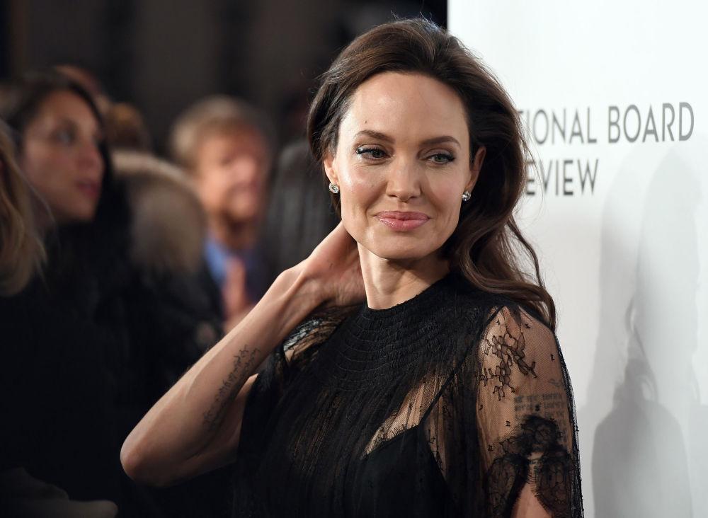 Atriz norte-americana, Angelina Jolie, participa da cerimônia solene do Conselho de Críticos Cinematográficos, Nova York