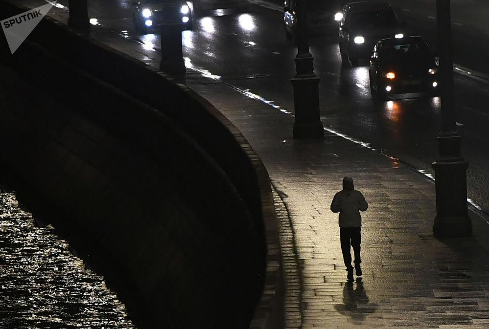Um passante no cais do Kremlin em Moscou, Rússia