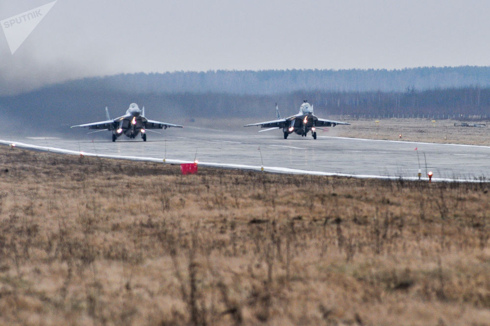 Caças multifuncionais Su-30SM no polígono de Pogonovo, na região de Voronezh, onde se realizaram os voos de treinamento