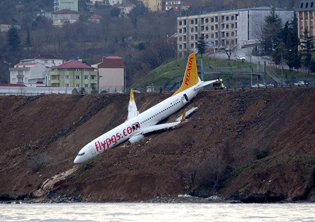 Avião da companhia turca Pegasus Airlines que saiu da pista e ficou praticamente pendurado em um barranco, em 14 de janeiro de 2018