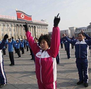 Norte-coreanos participam de exercícios de ginástica em Pyongyang
