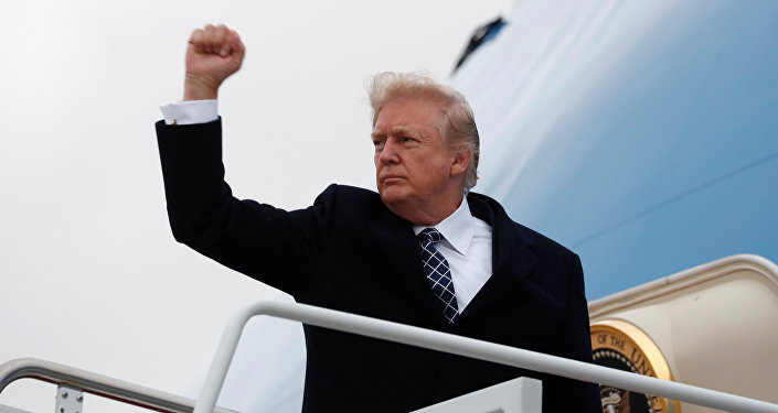 Presidente norte-americano Donald Trump antes de embarcar no avião Air Force One