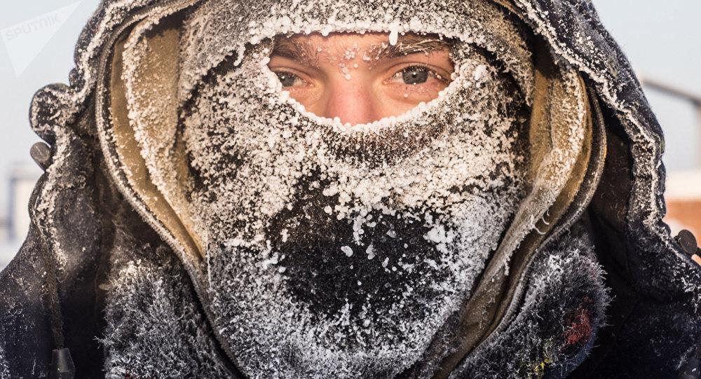 Rosto de um homem na Rússia durante inverno