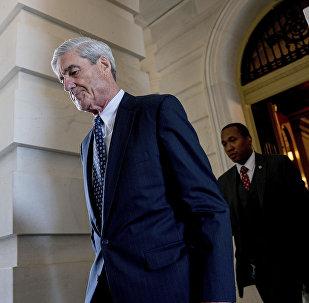 O ex-diretor do FBI Robert Mueller, o conselheiro especial sondando a interferência russa na eleição de 2016, deixa o Capitólio após uma reunião a portas fechadas em Washington. (Arquivo)