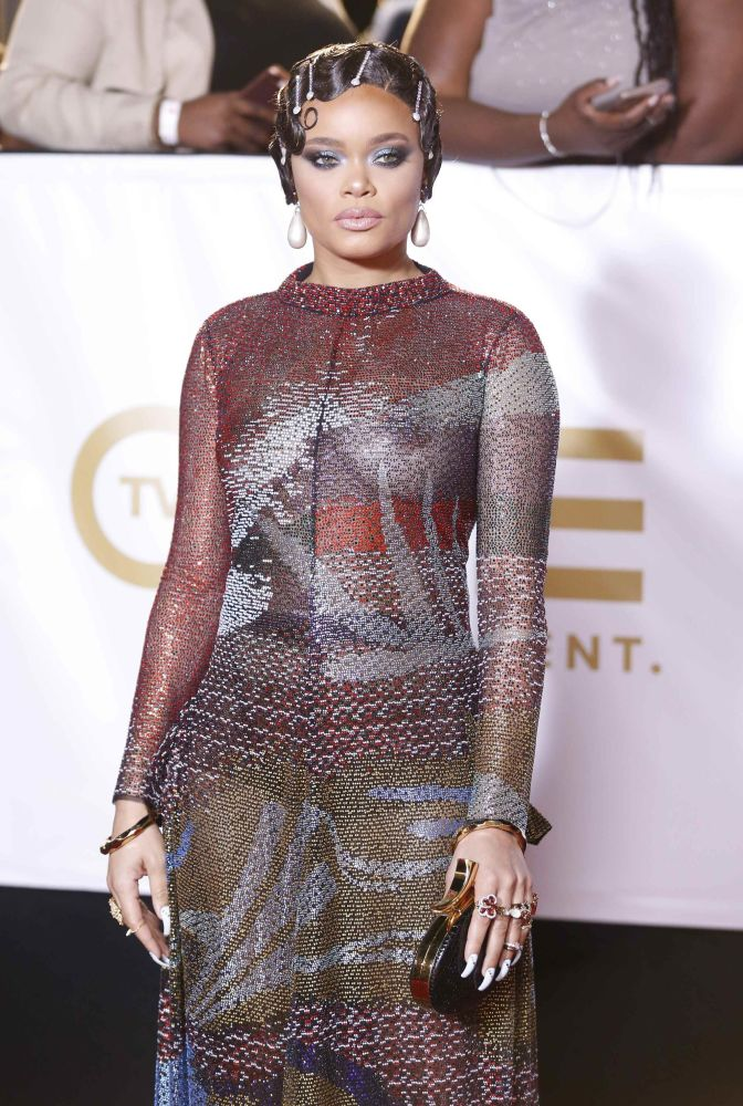 Cantora Andra Day posa para fotos no tapete vermelho do NAACP Image Awards, na Califórnia, EUA, em 15 de janeiro de 2018