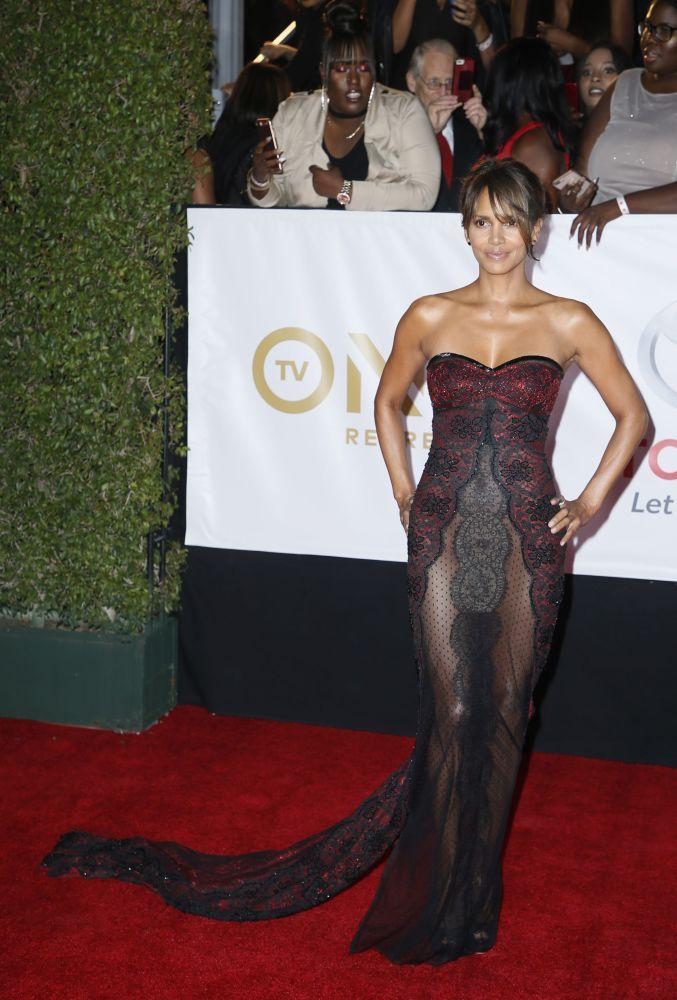 Atriz Halle Berry posa para fotos no tapete vermelho do NAACP Image Awards, na Califórnia, EUA, em 15 de janeiro de 2018