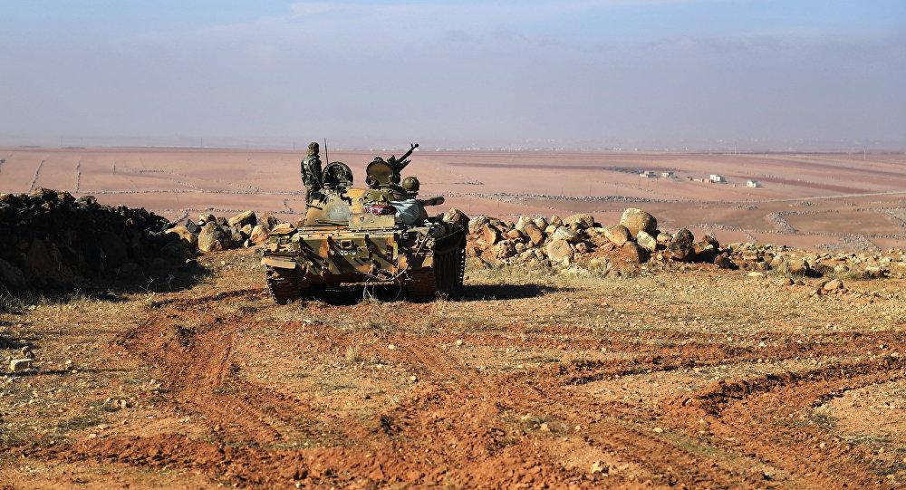 Membros das forças governamentais sírias em um tanque no sudeste de Aleppo