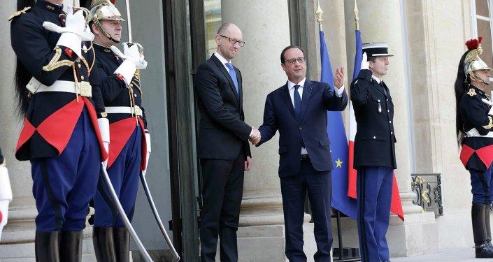 Francois Hollande (D), presidente da França, dá as boas vindas a Arseny Yatsenyuk, primeiro ministro da Ucrânia