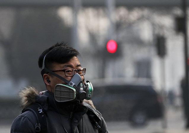 Chinês caminhando em zona poluída