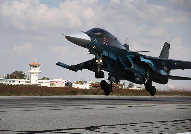 Bombardeiro russo Su-34 decola da base aérea de Hmeymim, na Síria