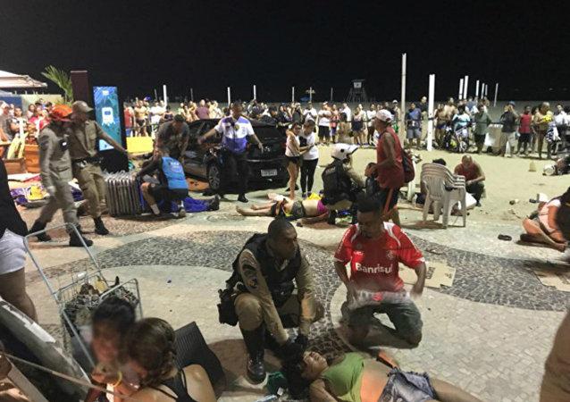 Carro invade calçadão em Copacabana e atropela multidão