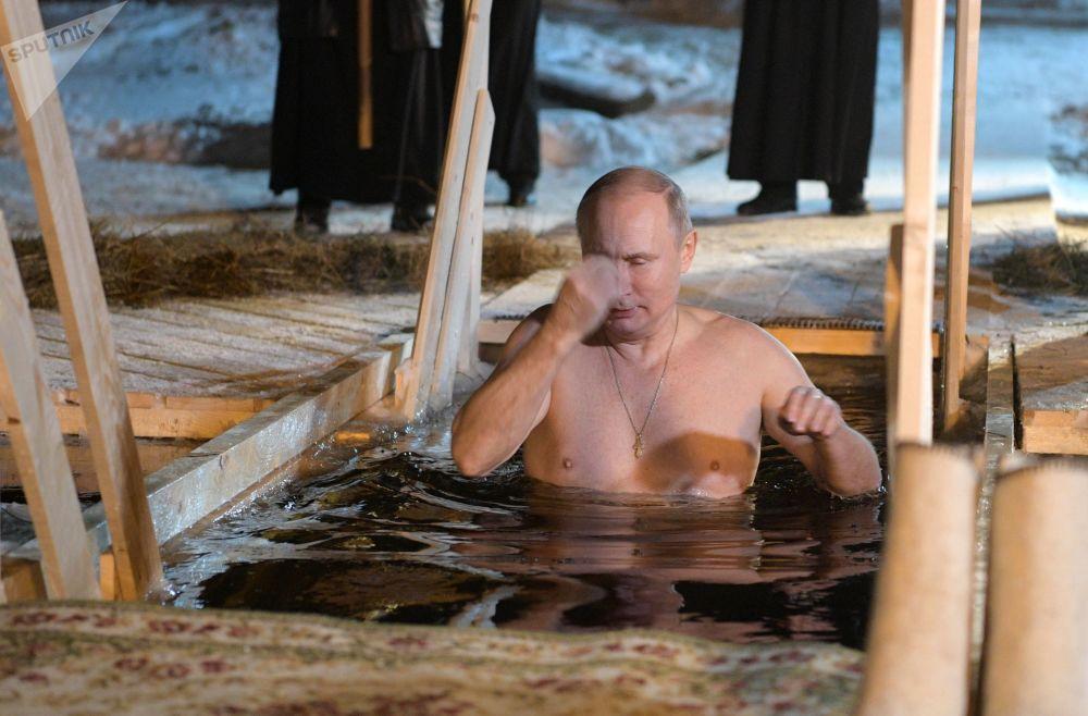 Vladimir Putin se benze ao entrar nas águas geladas na noite da Epifania do Senhor no lago Seliger, na noite de 18 para 19 de janeiro de 2018