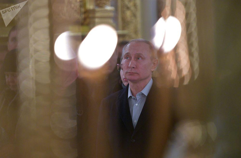 Presidente russo, Vladimir Putin, assiste à liturgia na noite da Epifania do Senhor no mosteiro masculino perto do lago Seliger, na noite de 18 para 19 de janeiro de 2018