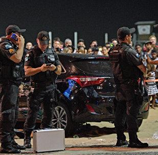 Agentes da Polícia Militar são vistos no local do acidente na praia de Copacabana, que matou uma bebê e feriu pelo menos 16 pessoas em 18 de janeiro de 2018