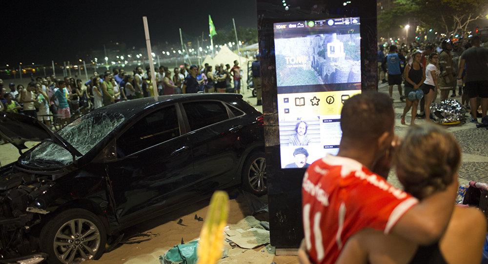 Multidão olhe para o local do acidente de 18 de janeiro de 2018, quando um motorista atropelou multidão na praia de Copacabana