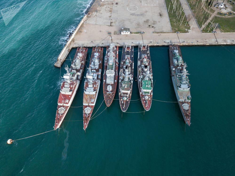 Navios de guerra das Forças Armadas da Ucrânia estacionados em um porto na Crimeia