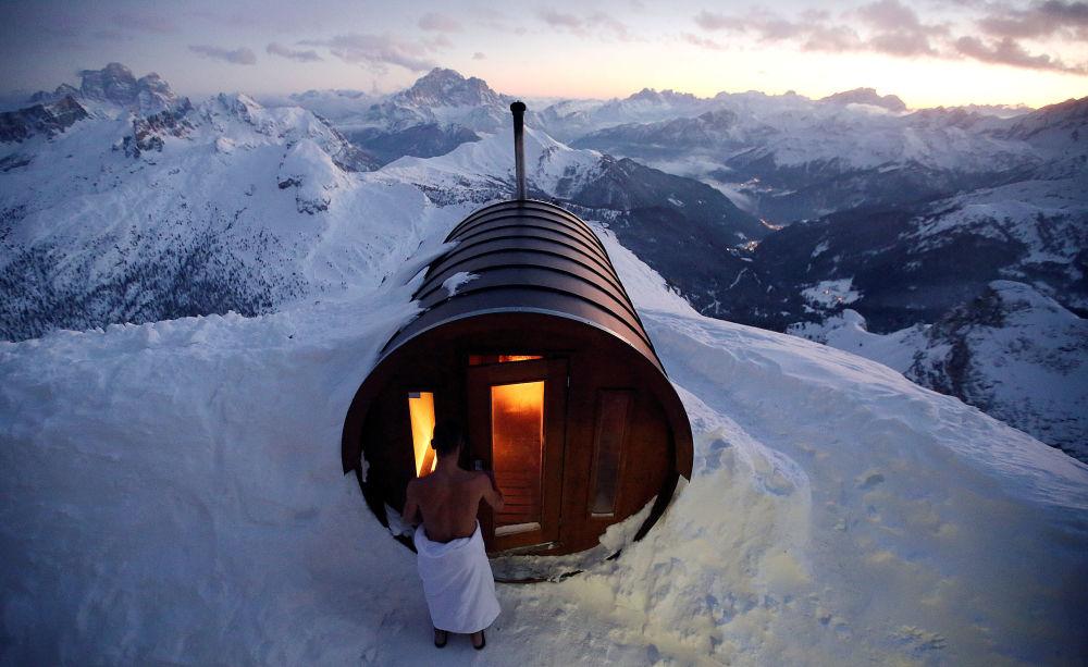 Pessoa entra em uma sauna no cume do monte Lagazuoi, em Cortina D'Ampezzo, na Itália