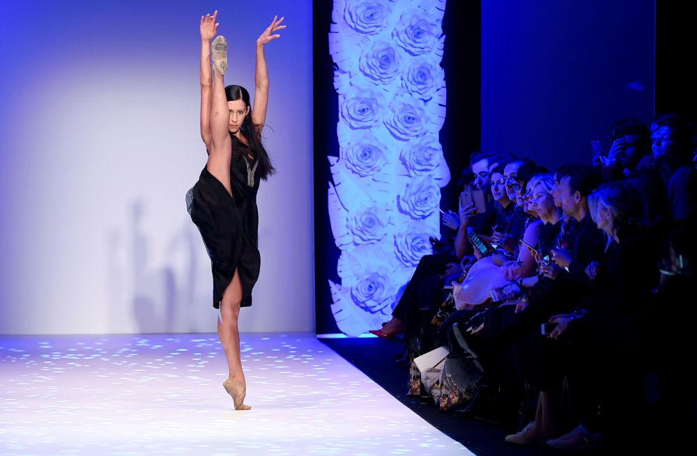 Dançarina de balé mexicana, Elisa Carrillo Cabrera, se apresenta durante a semana da moda em Berlim