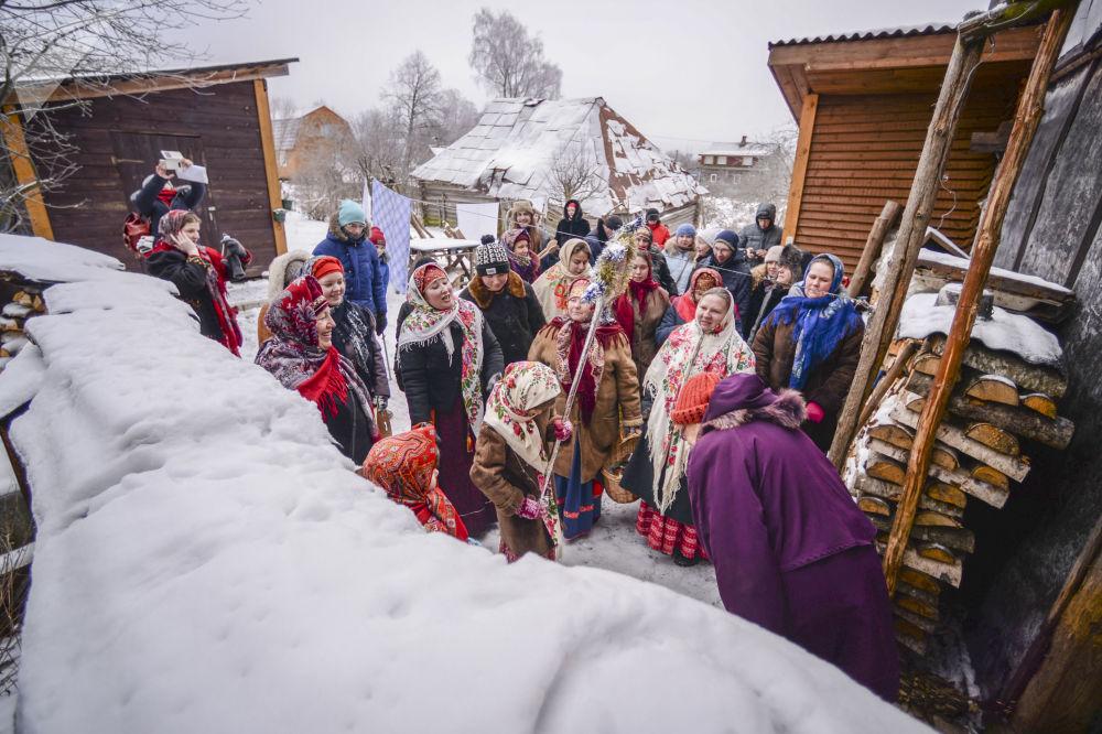 Participantes das celebrações da semana natalina ortodoxa na povoação russa de Lozhgolovo