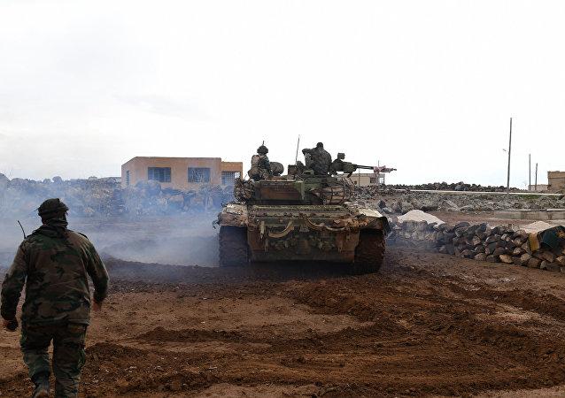 Forças governamentais sírias durante a ofensiva no sul da província de Aleppo para retomar o controle sobre o aeródromo de Abu al-Duhur, 18 de janeiro de 2018