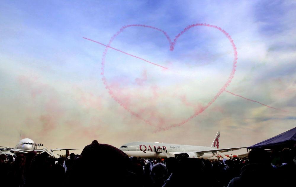 Marca de fumaça em forma de coração no céu da Cidade do Kuwait
