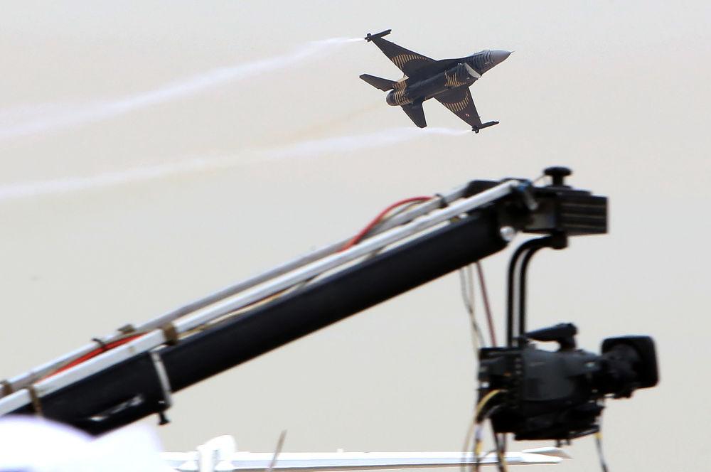 Avião turco F-16 no show aéreo do Kuwait