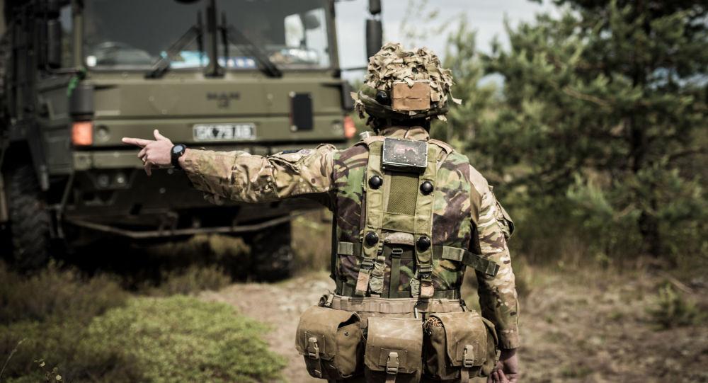 Soldado britânico durante as manobras Saber Strike na Lituânia