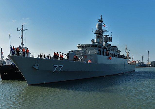 Destróier iraniano Damavand durante sua visita ao porto da cidade russa de Makhachkala, no mar Cáspio
