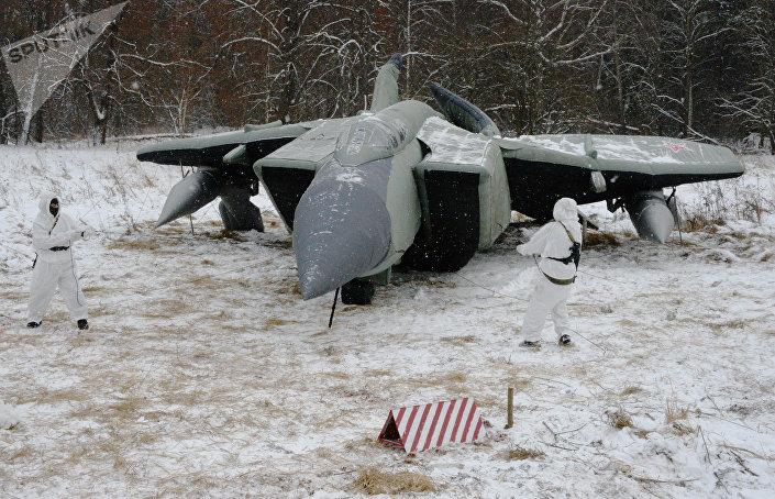 Soldados russos preparam camuflagem de tropas (avião de ar)