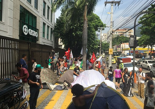 Movimentos sociais ocupam sede da Rede Globo no Rio de Janeiro.