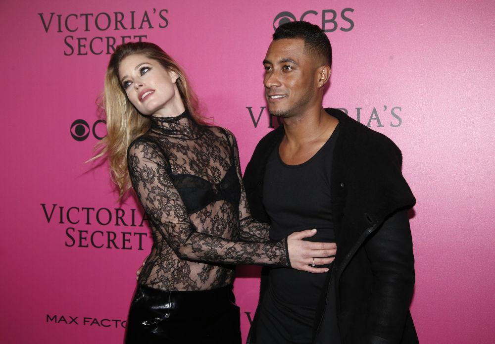 Modelo holandesa Doutzen Kroes e DJ Sunnery Jones posam no tapete cor de rosa durante show da Victoria's Secret em Paris, em 30 de novembro de 2016