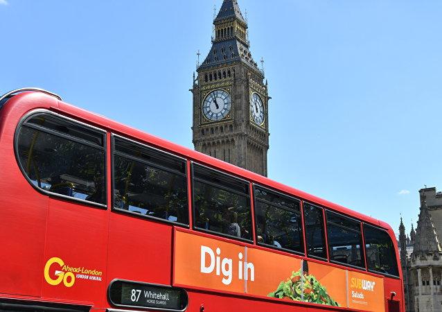 Ônibus em frente ao Palácio de Westminster em Londres