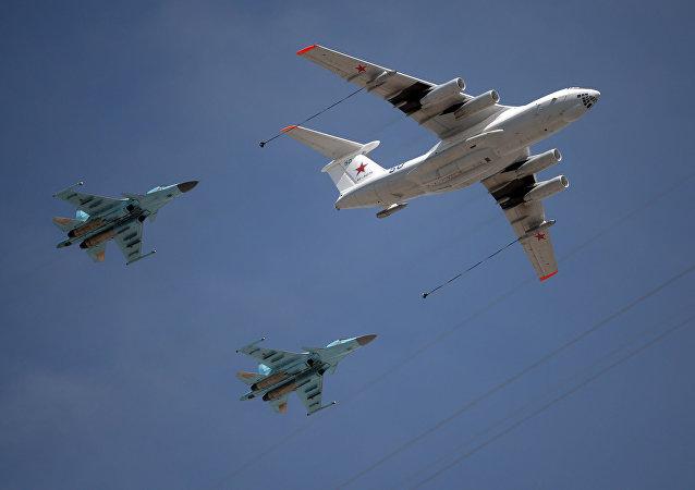 Avião de reabastecimento Il-78 e caças-interceptores MiG-31 durante repetição do desfile militar