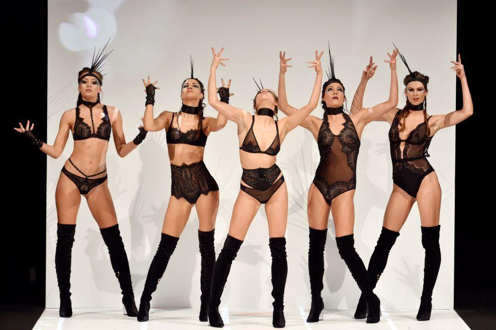 Modelos apresentam peças de lingerie durante um show de moda internacional em Paris
