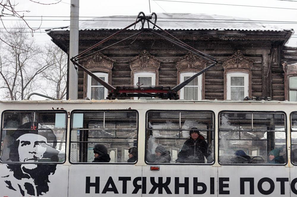 Edifício de madeira e publicidade em um bonde na cidade russa de Irkutsk