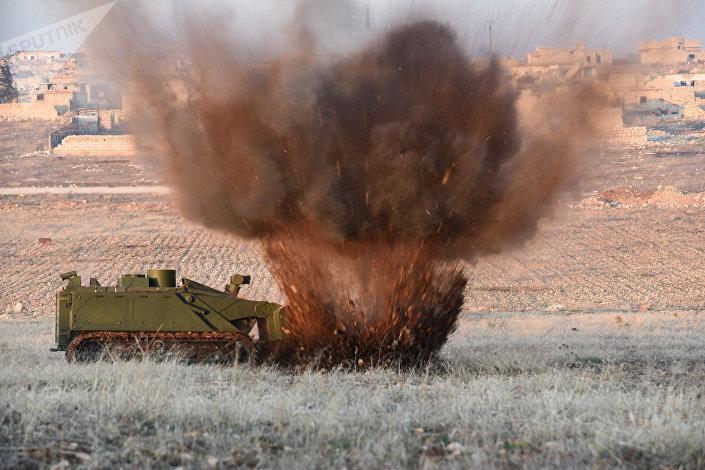 Robô de engenharia pesado russo Uran-6 durante uma missão de desativação de minas na Síria