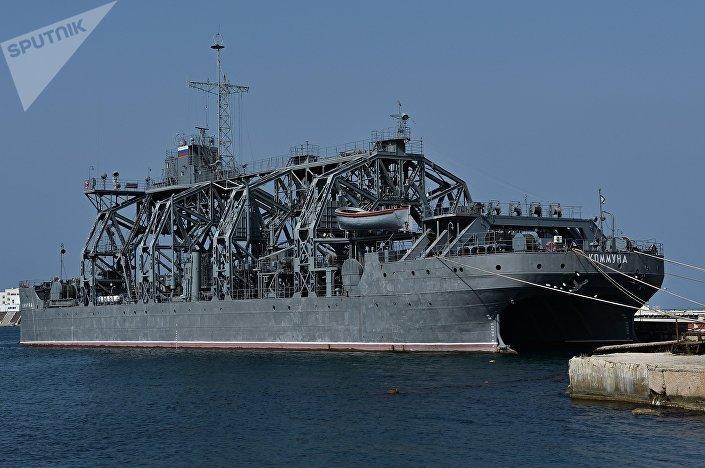 Navio de resgate Kommuna na baía de Sevastopol