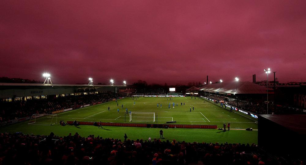 Uma tonalidade incomum do céu surpreendeu o público durante uma partida de futebol em Newport, no País de Gales, em 27 de de janeiro de 2018