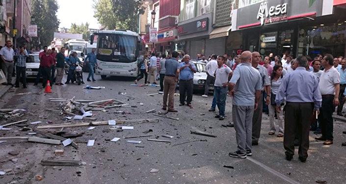 Explosão na sede do partido turco HDP em Adana, em 18 de maio de 2015.