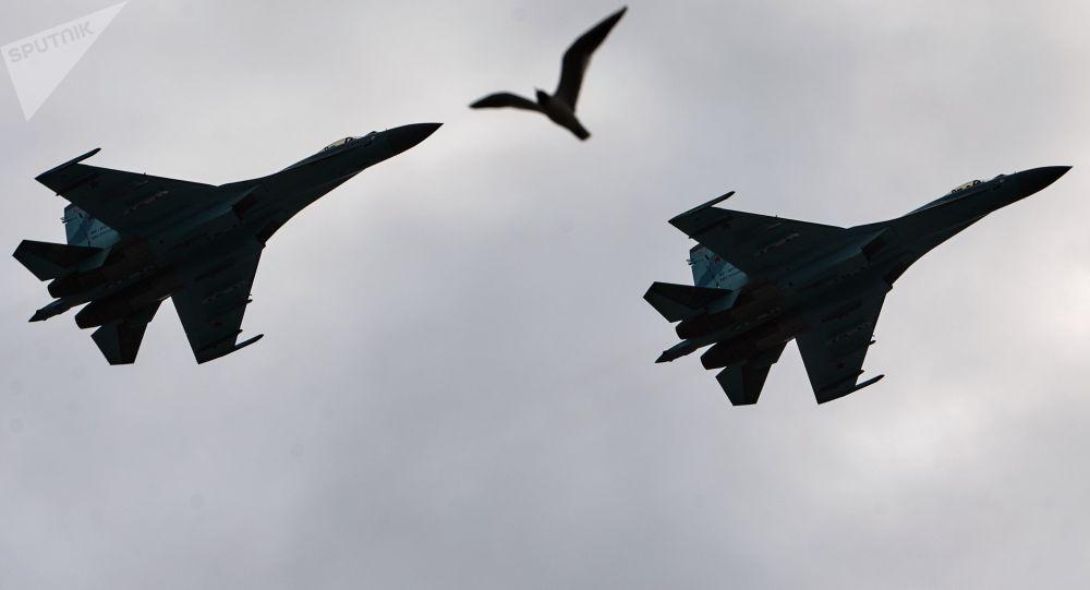 Vídeo mostra caça russo 'cortando' jato americano no Mar Negro