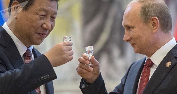 Vladimir Putin e Xi Jinping fazem um brinde após ter assinado documentos em Xangai em 21 de maio de 2014
