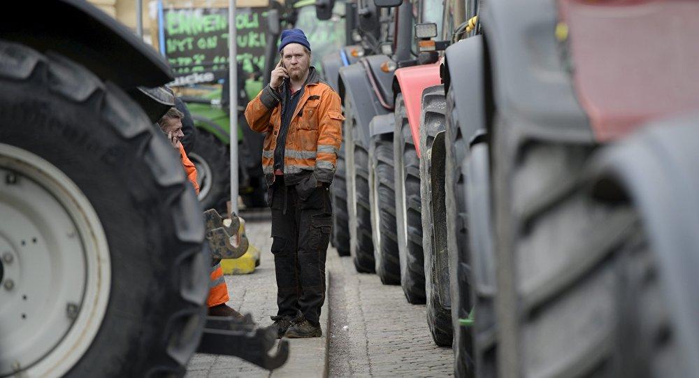 Um agricultor finlandês fala por telefone durante uma manifestação em Helsinque em 11 de março de 2016