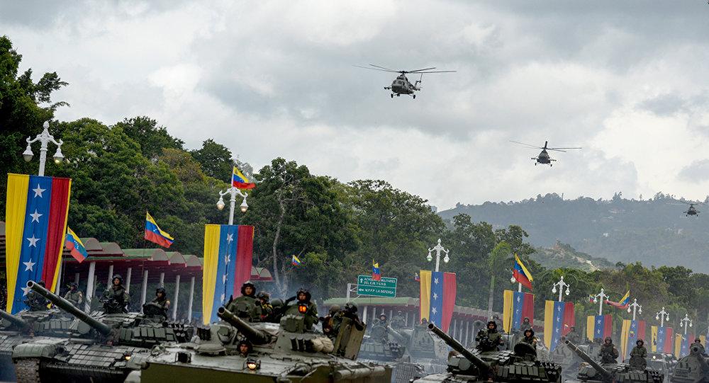 Desfile militar na Venezuela com participação de helicópteros Mi-17 venezuelanos produzidos pela Rússia