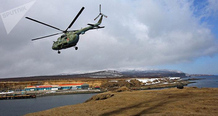 Helicóptero militar russo Mi-8 na ilha de Iturup