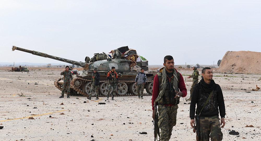Forças governamentais sírias patrulham o aeroporto militar Abu al-Duhur na província de Idlib