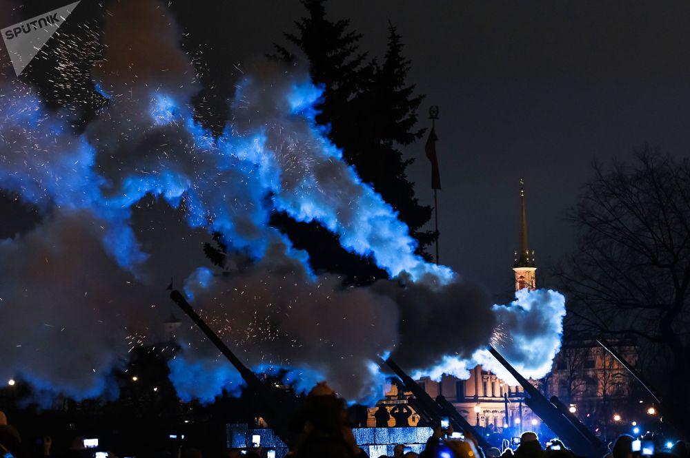 Reconstrução dos históricos fogos de artifício no Campo de Marte, em São Petersburgo, no 74º aniversário do levantamento do bloqueio de Leningrado