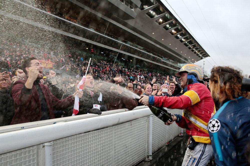 Jóquei sueco Bjorn Goop festeja a vitória no concurso Grand Prix d'Amérique, em Paris
