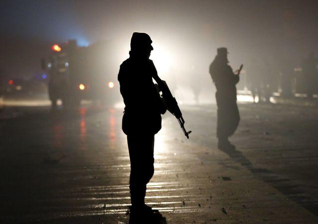 Arquivo: policiais no local da explosão perto da embaixada russa em Cabul, 20 de janeiro de 2016